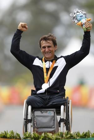 Descrição da imagem: Alex Zanardi comemora medalha de prata no ciclismo de estrada na Rio 2016 (Foto: Reuters)