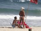 Após perder 38kg, Solange Couto vai à praia com marido e usa fio-dental