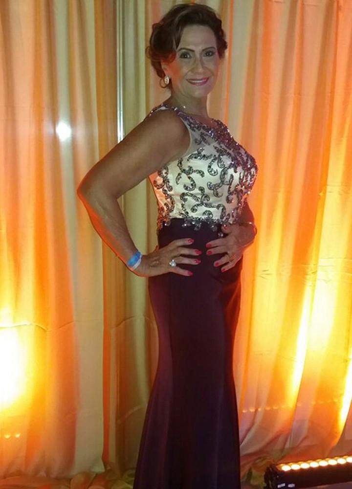 Ieda escolheu um vestido longo vinho com detalhes em dourado para o casamento (Foto: raquel Gonzales/Gshow)