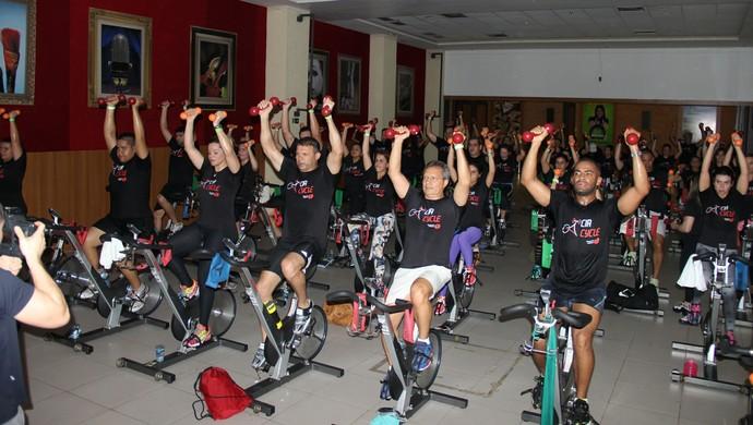 Alunos utilizam halteres em cima da bicicleta (Foto: Marcos Dantas)