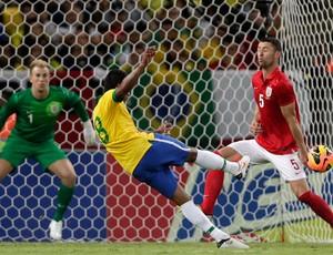 Paulinho marca, Brasil x Inglaterra (Foto: Reuters)