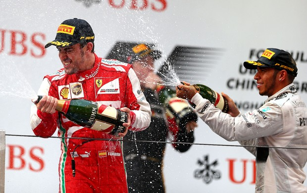 fernando alonso ferrari e LEwis Hamilton marcedes pódio gp da China (Foto: Agência Getty Images)