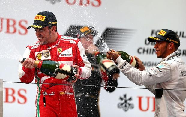 [ESPORTES] Impecável, Alonso leva GP da China com tranquilidade; Massa fica em 6º Fernandoalonso_lewishamilton_get