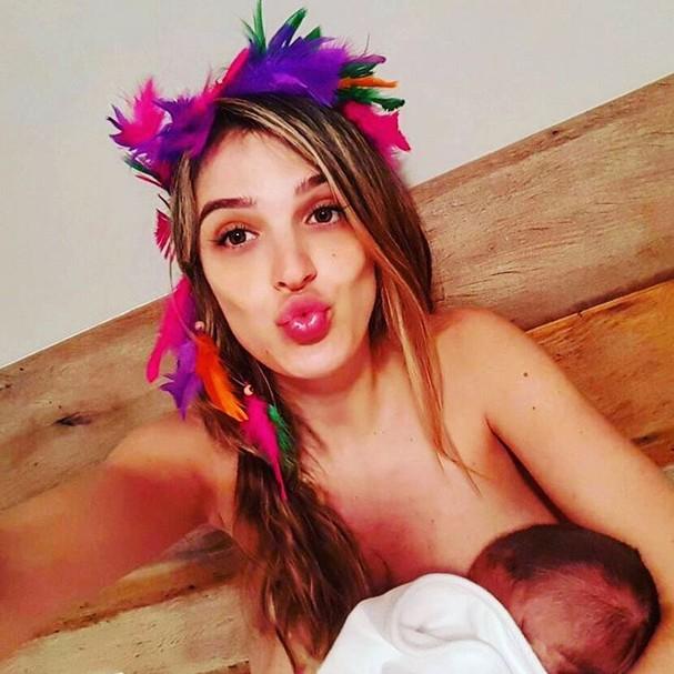 Rafa Brites amamenta Rocco, de menos de um mês de idade (Foto: Reprodução Instagram)