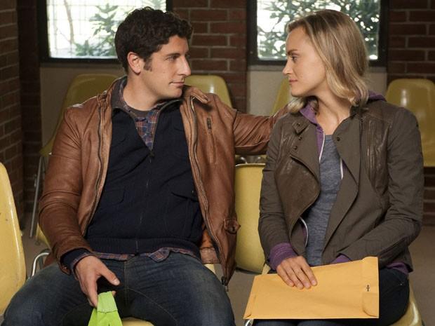 Jason Biggs e Taylor Schilling em cena da série 'Orange is the new black' (Foto: Divulgação)
