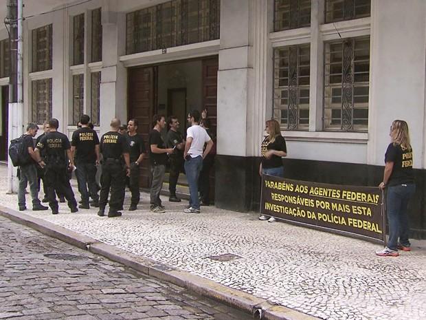 Policiais federais fazem protesto por melhores salários após operação em Santos, SP (Foto: Reprodução / TV Tribuna)