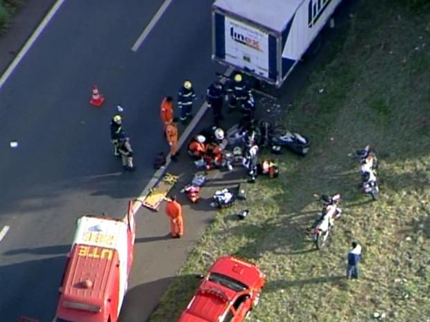 Bombeiros atendem motociclista que se chocou contra um caminhão na BR-060, no Distrito Federal, na manhã desta segunda (29) (Foto: TV Globo/Reprodução)