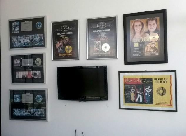 Ainda na parede da casa do guitarrista, disco de ouro mostra o sucesso da Calypso com a formação de Chimbinha e Joelma. (Foto: Ingo Muller/G1 Pará)