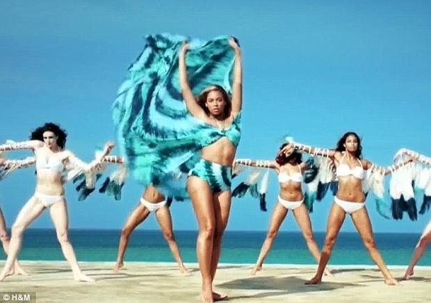 Beyoncé aparece com cabelos longos, lisos e loiríssimos em campanha (Foto: Reprodução)