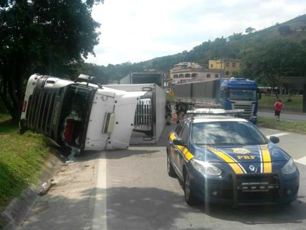 Algumas pessoas tentaram saquear a carga de linguiça (Foto: Divulgação/Polícia Rodoviária Federal)
