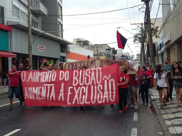 Manifestantes fecharam duas faixas da Avenida Voluntário Fernando Pinheiro Franco em protesto contra aumento do ônibus em Mogi das Cruzes (Foto: Maiara Barbosa/G1)