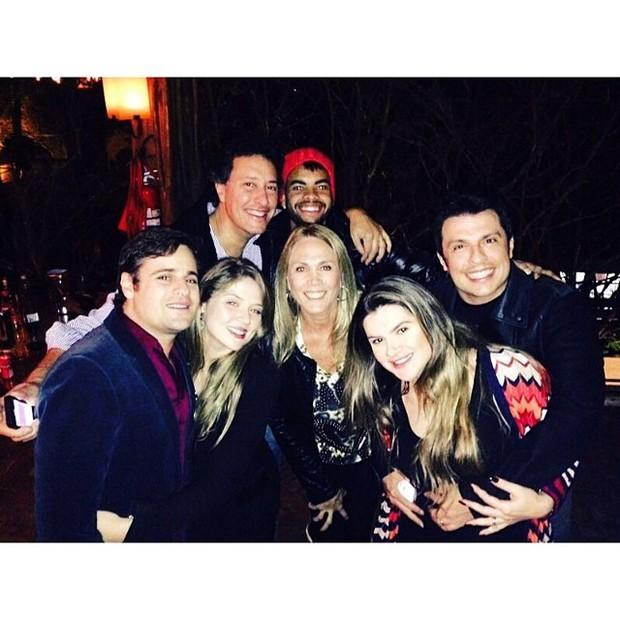 Dentinho com amigos como Vesgo, Hortênica, Mirella Santos e Ceará em restaurante em São Paulo (Foto: Instagram/ Reprodução)
