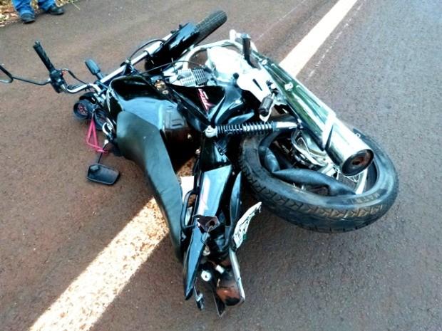 Traseira da moto ficou destruída após acidente na MS-376 (Foto: Renato Vessani/ Vicentina Online)
