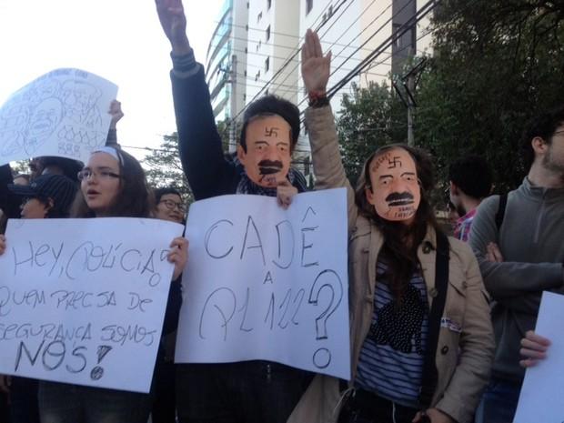 Ativistas colocaram máscaras de Levy Fidelix que fazia alusão a Hitler (Foto: Paula Paiva Paulo/G1)