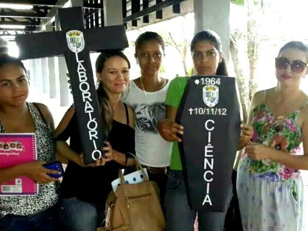 Estudantes levam caixão e cruz por morte de laboratórios da Ufac (Foto: Monique Naiá/Arquivo pessoal)