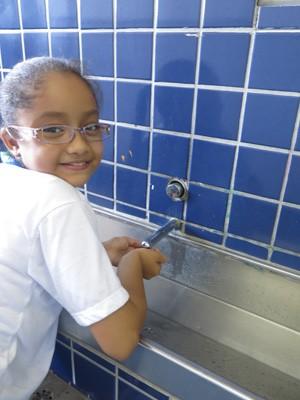 Eullia de 9 anos diz economiza gua na escola e em casa Foto Mariane RossiG1