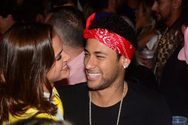 Bruna Marquezine e Neymar curtem show em clima de romance
