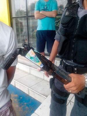 Jovem foi preso e arma artesanal apreendida (Foto: Divulgação/Polícia Militar do RN)