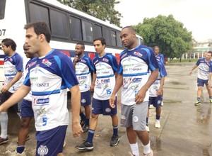 Jogadores do São Bento chegam para treino (Foto: Marcus Vinícius Souza)