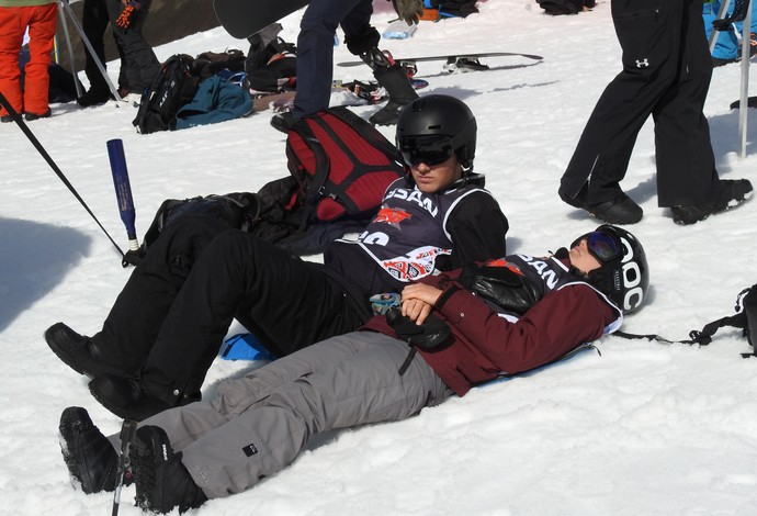 Competidores descansam e deitam na neve entre uma bateria e outra (Foto: Thierry Gozzer)