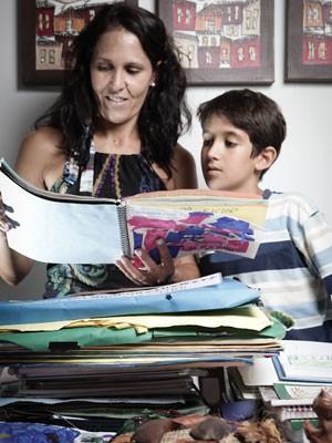 Mônica Vegas Ferreira usa algumas produções do filho para decorar a casa (Foto: Caio Kenji/G1)