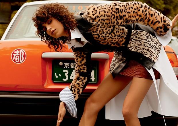 Jaqueta de patchwork de mink encerado com estampa de leopardo, camisa de algodão e minissaia de jacquard (Foto: Rafael Pavarotti)