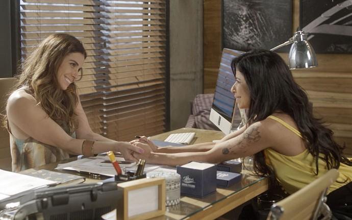 Alice, claro, não se importa com o novo relacionamento do ex (Foto: TV Globo)