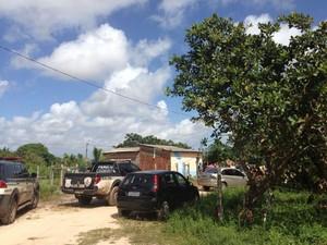 Polícia esteve na casa da menina encontrada morta (Foto: Divulgação)