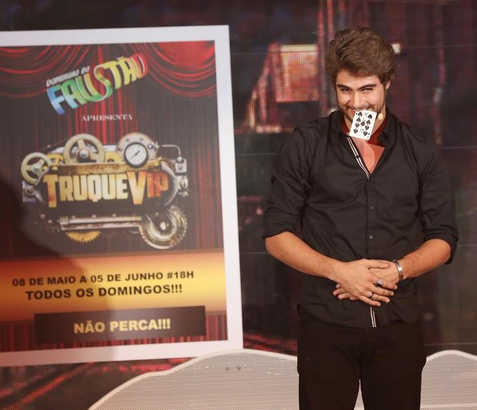 Rafael Vitti estreou com um truque de cartas (Foto: Carol Caminha/Gshow)