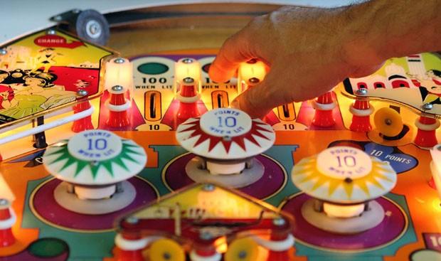 Uma das máquinas de pinball do austríaco Guenter Freinberger (Foto: Heinz-Peter Bader/Reuters)