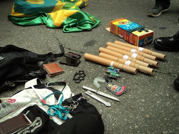 Objetos apreendidos pela polícia em tentativa de arrastão na Fan Fest do Vale do Anhangabaú, no Centro de São Paulo (Foto: Caio Kenji/G1)