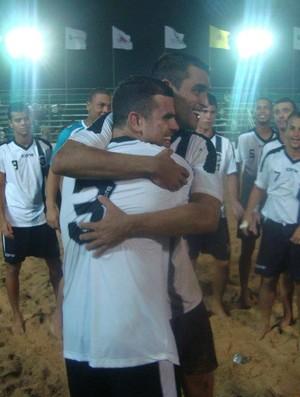 Irmãos Malias se abraçam após mais um título em família (Foto: Arquivo Pessoal)