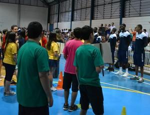 Jogadores Mogi Basquete e alunos (Foto: Bruno Rocha)