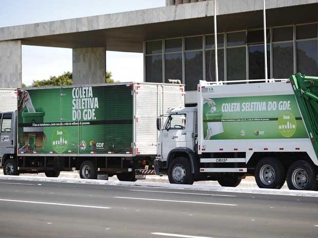 Caminhões que vão ser usados na coletiva seletiva de lixo no Distrito Federal a partir da próxima segunda-feira (17) (Foto: Dênio Simôes/GDF)