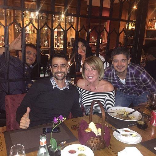 Zilu ao lado de amigos e de Marcos Lúcio (Foto: Reprodução/Instagram)