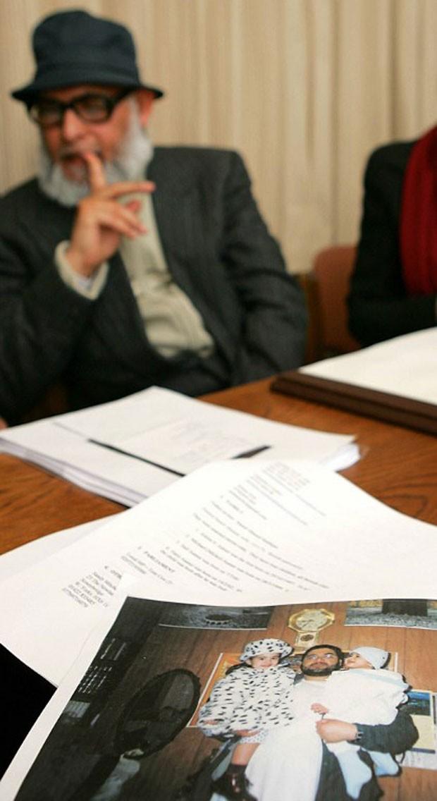 Imagem de 2005 mostra uma fotografia em cima da mesa em que aparece o prisioneiro Shaker Aamer com dois de seus filhos. Ao fundo, o pai do prisioneiro (Foto: Odd Andersen /AFP)