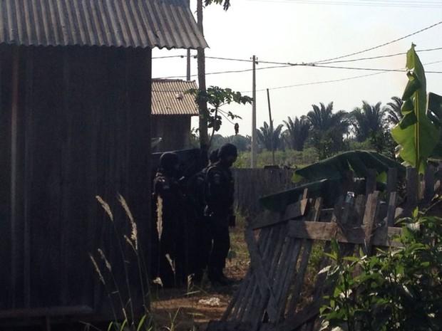 Polícia negocia rentição do homem e liberação da mulher (Foto: Dayanne Saldanha/G1)