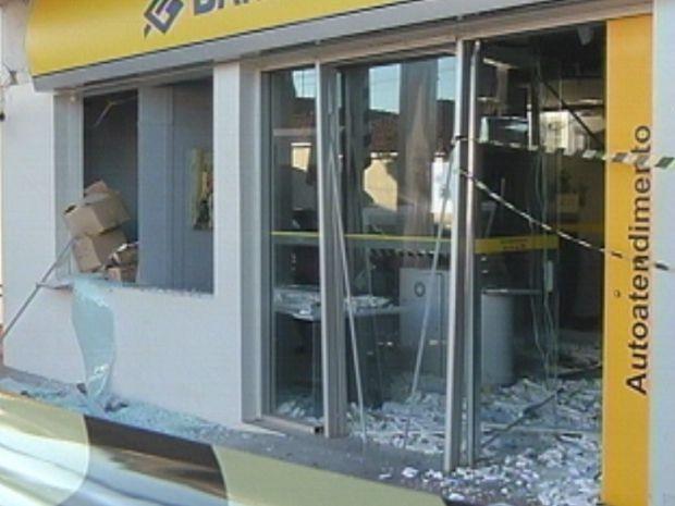 Vidros de uma das agências ficaram destruídos após a explosão  (Foto: reprodução/TV Tem)