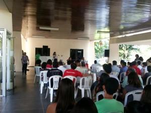 Professores da UFPA fazem assembléia e confirmam greve para o dia 28 de maio (Foto: Vitória Teixeira / G1)