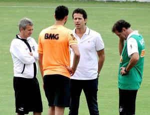 Réver treino Atlético-MG equipe técnica (Foto: Fernando Martins)