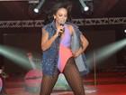 Alinne Rosa usa maiô cavado em show no Recife