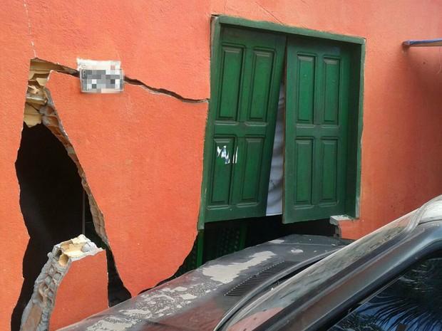 Parte de casa foi destruída em colisão (Foto: Carmen Silva/Rede Amazônica)