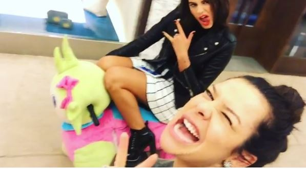 Bruna Marquezine e Fernanda Souza em shopping (Foto: Reprodução/Instagram)