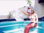 Carol Narizinho posa vestida de sereia na beira da piscina