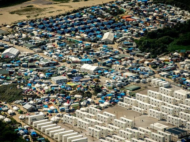Foto aérea em Calais, na França, mostra local conhecido como 'selva' onde mais de 9 mil imigrantes moram (Foto: Fhilippe Huguen/AFP)