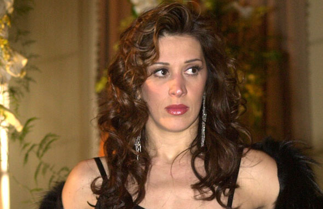 Em 'As filhas da mãe' (2001), Claudia Raia interpretou Ramona. Ela se envolveu com Leonardo (Alexandre Borges), que viveu um conflito ao descobrir que estava apaixonado por uma transexual (Foto: TV Globo)