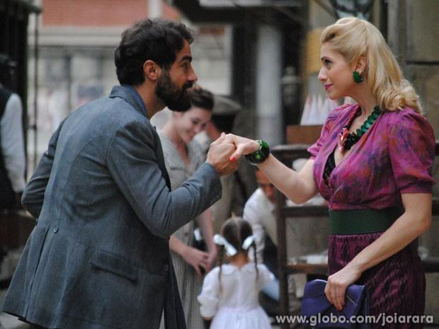Lola vai atrás de Fabrício e o convida para jantar (Foto: Joia Rara/ TV Globo)