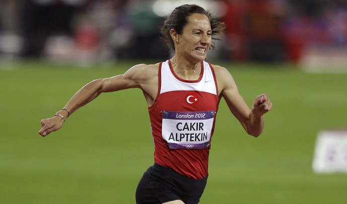 Asli Cakir Alptekin medalha de ouro em Londres 2012 (Foto: AP)