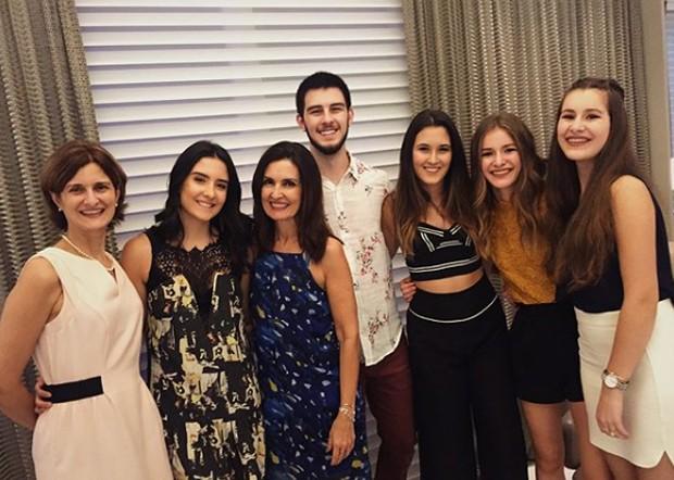 Fátima Bernardes com os trigêmeos e a família (Foto: Reprodução/Instagram)