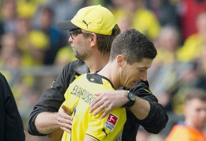 Lewandowski se despede da torcida do Borussia (Foto: Agência Efe)